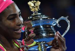 Serena Williams holds the 2015 Australia Open Trophy. Photo by Yahoo.com